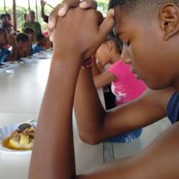 Niños rezando antes de comer Foto: Prensa Capriles