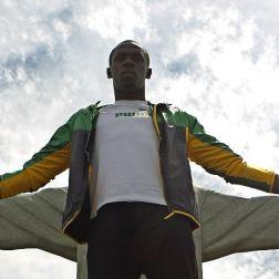 BRA03. RÍO DE JANEIRO (BRASIL), 23/10/2012.- El atleta jamaicano y medallista olímpico Usain Bolt visita el monumento del Cristo Redentor hoy, martes 23 de octubre de 2012, en la ciudad de Río de Janeiro (Brasil). EFE/Antonio Lacerda.