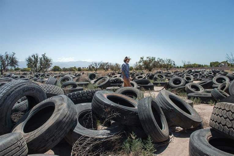 Neumáticos transformados en zapatillas cambian decenas de vidas en Argentina Foto EFE