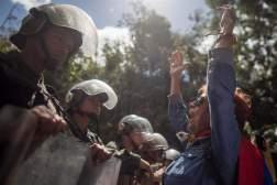 Miembros de la Guardia Nacional Bolivariana (GNB) custodian una parcela del Cementerio del Este y cercan el paso a familiares de José Díaz Pimentel y a Abraham Agostini hoy, sábado 20 de enero del 2018, en Caracas (Venezuela)/ Foto: EFE