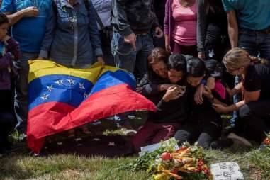 Familiares de José Díaz Pimentel y Abraham Agostini lloran en la parcela donde ambos fueron enterrados hoy, sábado 20 de enero del 2018, en Caracas (Venezuela)/ Foto: EFE