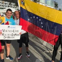 Entre los venezolanos asistentes, se encontraba el abogado del estado Aragua, Gabriel Chacón, representante del Foro Penal Venezolano en esta entidad, quien participó en la prueba de 21 kilometros, con una bandera nacional, como parte de su traje y una pancarta en protesta al Gobierno de Nicolás Maduro, en la cual exigía la libertad de los presos políticos y Venezuela libre