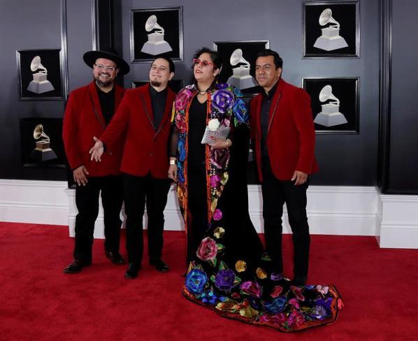 La Santa Cecilia estuvo en la alfombra roja del Grammy
