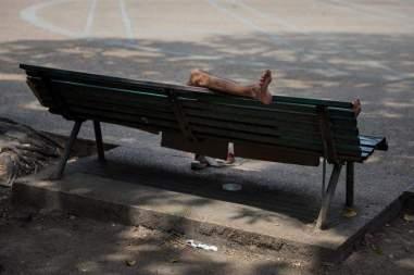 Fotografía del 3 de marzo de 2018 de un adolescente durmiendo en una silla en una plaza en Caracas (Venezuela). Foto EFE