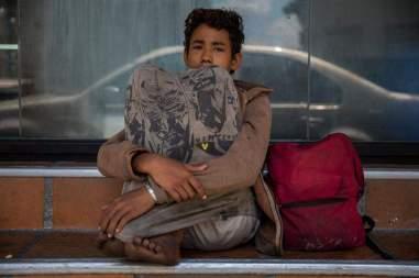 Fotografía del 3 de marzo de 2018 de un adolescente en la entrada de una panadería en una plaza en Caracas (Venezuela). Foto EFE