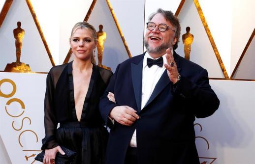 Del Toro junto a Kim Morgan en los Premios Óscar. Foto: EFE