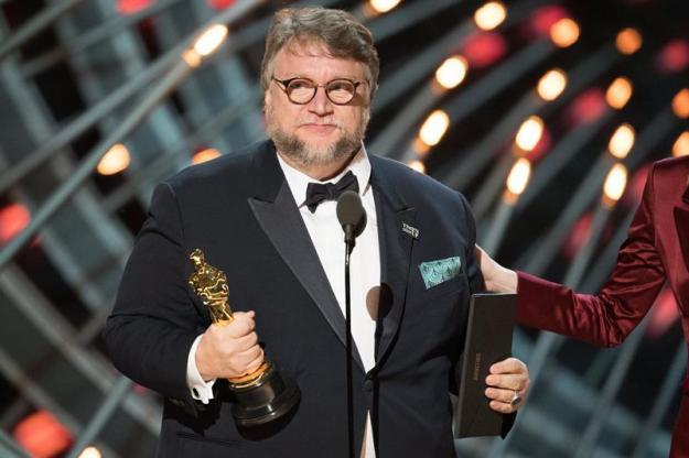 Del Toro al recibir el Óscar como mejor director. Foto: EFE