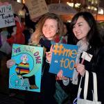 Dos mujeres durante la manifestación en Tokio por el Día Internacional de la Mujer, cientos de japonesas marcharon hoy en Tokio y en otras ciudades del país para reclamar mayor igualdad en el Día Internacional de la Mujer, en uno de los países desarrollados donde las mujeres afrontan mayores obstáculos en todos los ámbitos/ Foto: EFE