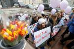 Feministas ucranianas sujetan pancartas durante su huelga en Kiev (Ucrania) hoy, 8 de marzo de 2018, con motivo del Día Internacional de la Mujer. EFE