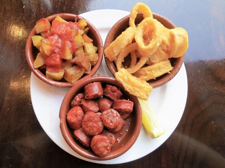 Este plato típico de España conocido como tapas y que suele acompañar a las primeras bebidas en un bar o restaurante, es sinónimo de aperitivo Foto: Pixabay