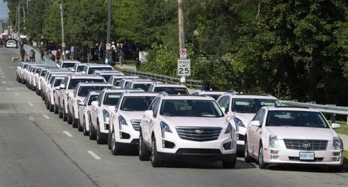 Con Cadillacs rosados Detroit se despide de Aretha Franklin