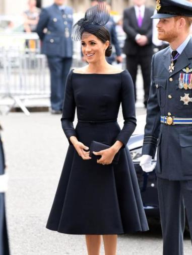 Para el evento de Buckingham Palace por el centenario de la Real Fuerza Aéra Británica (RAF), Markle se probó con un vestido negro de Dior con falda de vuelo