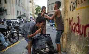 Niños venezolanos que viven en las calles comen de la basura. Foto: Archivo