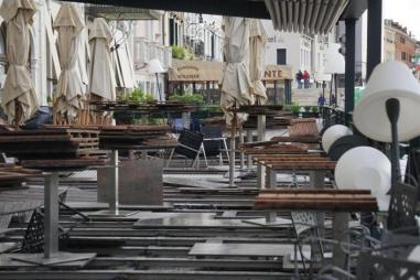 Muchos han recogido el moviliario para evitar mayores daños/Foto: EFE