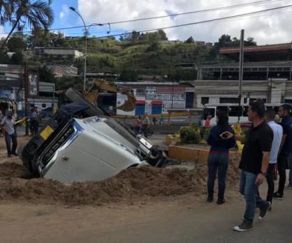 Camión de Hidrocapital se hundió en hueco creado por la misma empresa