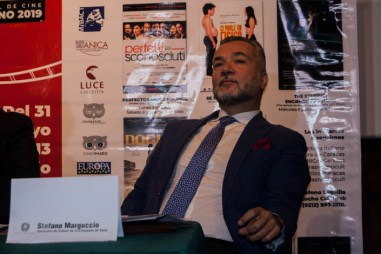 El representante consular, explica la importancia del cine como industria cultural en Italia.