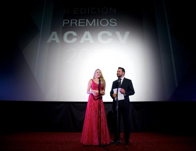 Alexandra Braun y Adrián Delgado anunciando ganadores. Foto: Cortesía ACACV