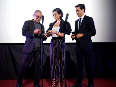 Gustavo Rondón recibe el premio de manos de Daniela Alvarado y Leo Aldana / Foto: Cortesía ACACV