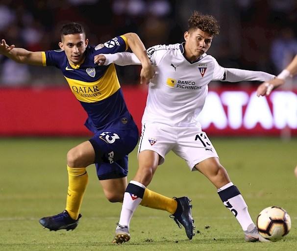Jugadores del Boca Juniors y Liga de Quito disputan el balón