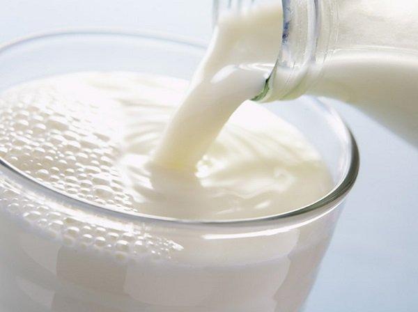 طريقة التخلص من بقع الحليب على الملابس