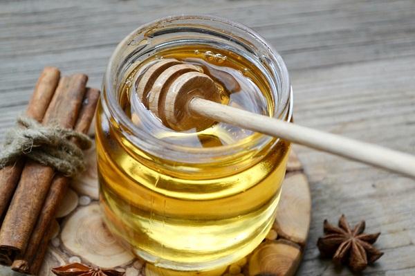 القرفة والعسل لبشرة خالية من حب الشباب