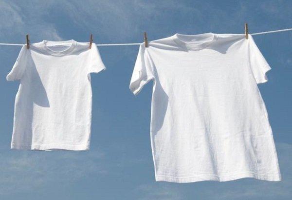 كيفية تنظيف الملابس البيضاء من الاصفرار