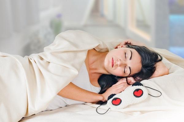 طرق العناية بالبشرة اثناء النوم