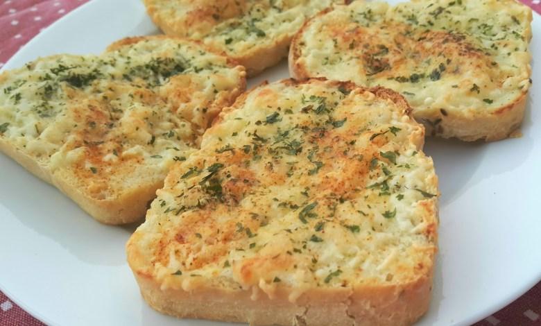 طريقة عمل شرائح الخبز بالجبن والبقدونس