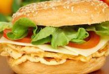 Photo of خبز البيغل بالأومليت والجبن