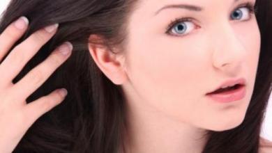 Photo of وصفات طبيعية لتفتيح لون الشعر الأسود