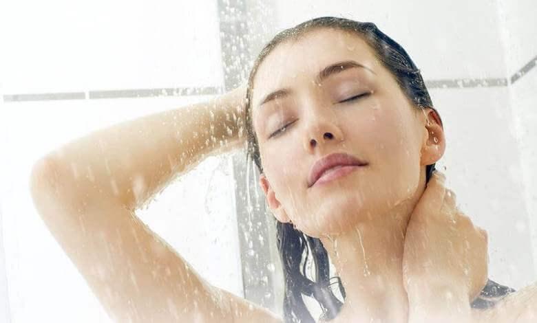 ما فائدة الحمام البارد على الرأس