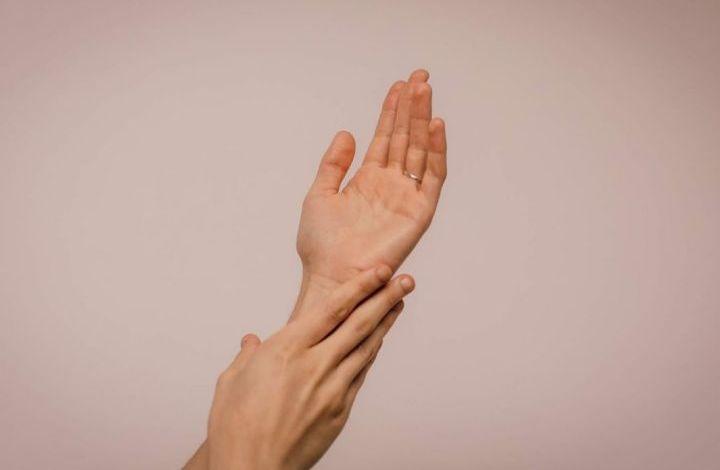 طرق منزلية للتخلص من تشقق اليدين