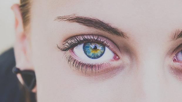 كيف تخفين الهالات السوداء تحت عينيك بالمكياج.