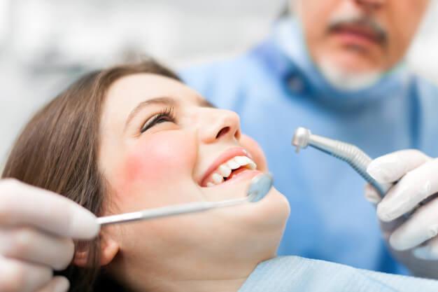 ثلاث طرق تبييض الأسنان بشكل أسرع فى المنزل