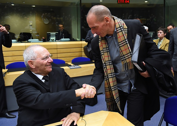 Η απολογία του κ. Βαρουφάκη Greek Finance minister Yanis Varoufakis (R) shakes hands with German Finance Minister Wolfgang Schauble during an emergency Eurogroup finance ministers meeting at the European Council in Brussels on February 11, 2015. Proposals by the new government in Athens to renegotiate the terms of its massive international bailout are scheduled to be discussed by eurozone finance ministers in Brussels on February 11 and 12. AFP PHOTO / EMMANUEL DUNAND (Photo credit should read EMMANUEL DUNAND/AFP/Getty Images)