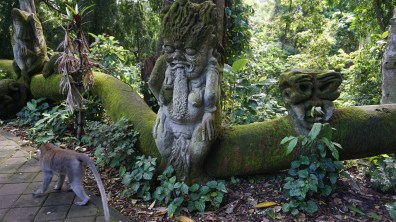 More psychedelic statues and monkeys wondering about them