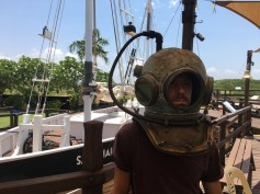 Cesar is trying the high-tech equipment of the pearl divers