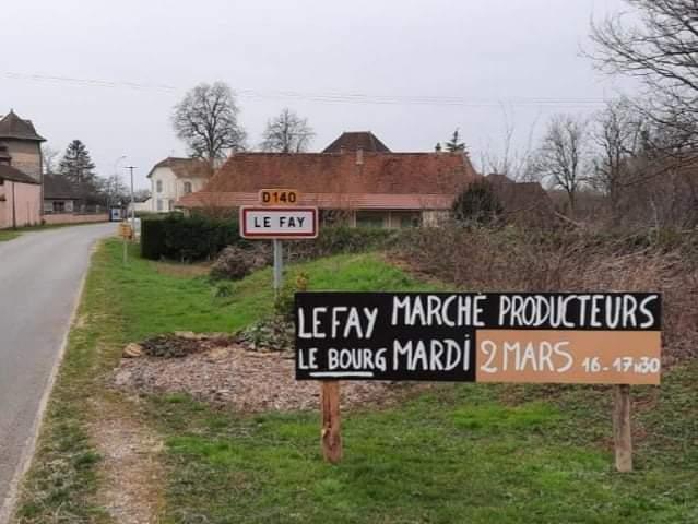 Pancarte à l'entrée de Le Fay indiquant le marché de producteurs locaux du mardi 2 mars 2021