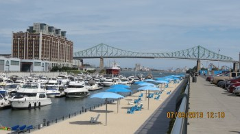 Local para Banho de Sol com a Ponte Jacques Cartier ao Fundo