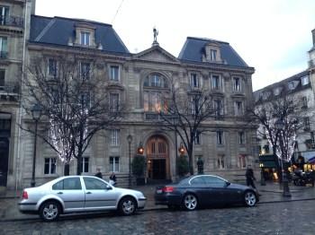 """Na Place St Germain, observando o prédio onde fica o """"escondido"""" restaurante La Societé!"""