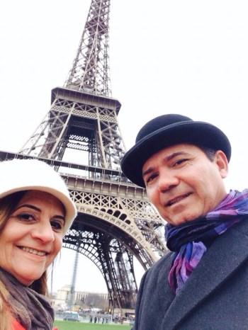 Na Torre Eiffel. Tem que passar lá, né?