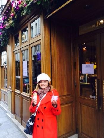 Em frente a Berthillon, com sorvetes deliciosos!