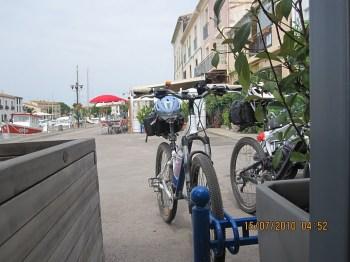 """Bikes """"estacionadas"""" em Marseillan, cidadezinha legal, antes de chegar a Sète."""