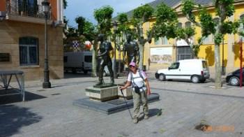Imitando a pose dos peregrinos da estátua