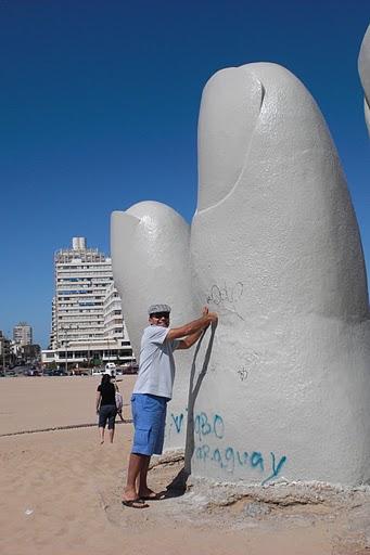 San em Punta com Mano de Punta del Este (Hand of Punta del Este) is a sculpture by Chilean artist Mario Irarrázabal