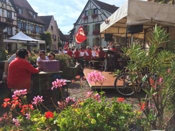 Na praça, a banda/orquestra a tocar! Lindo!