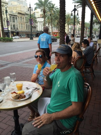 Café da manhã na parte externa do palace, vendo o movimento da canal Street