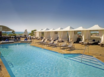 A piscina do hotel Mayfar. A foto é melhor do que a realidade (risos)