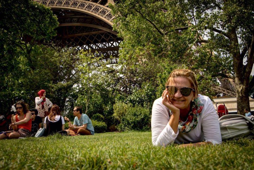 """Na grama do """"Champ de Mars"""", Torre Eiffel, Paris"""