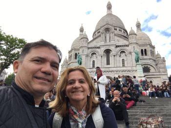 Em frente à Basílica. *